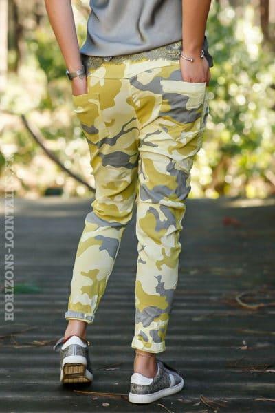 Pantalon-stretch-imprimé-camouflagle-jaune-vert-anis-vêtement-femme-moderne-bas-dégaine-tendance