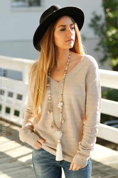 Pull-fin-beige-col-V-broderie-dos-c25-mignon-tendance-chic
