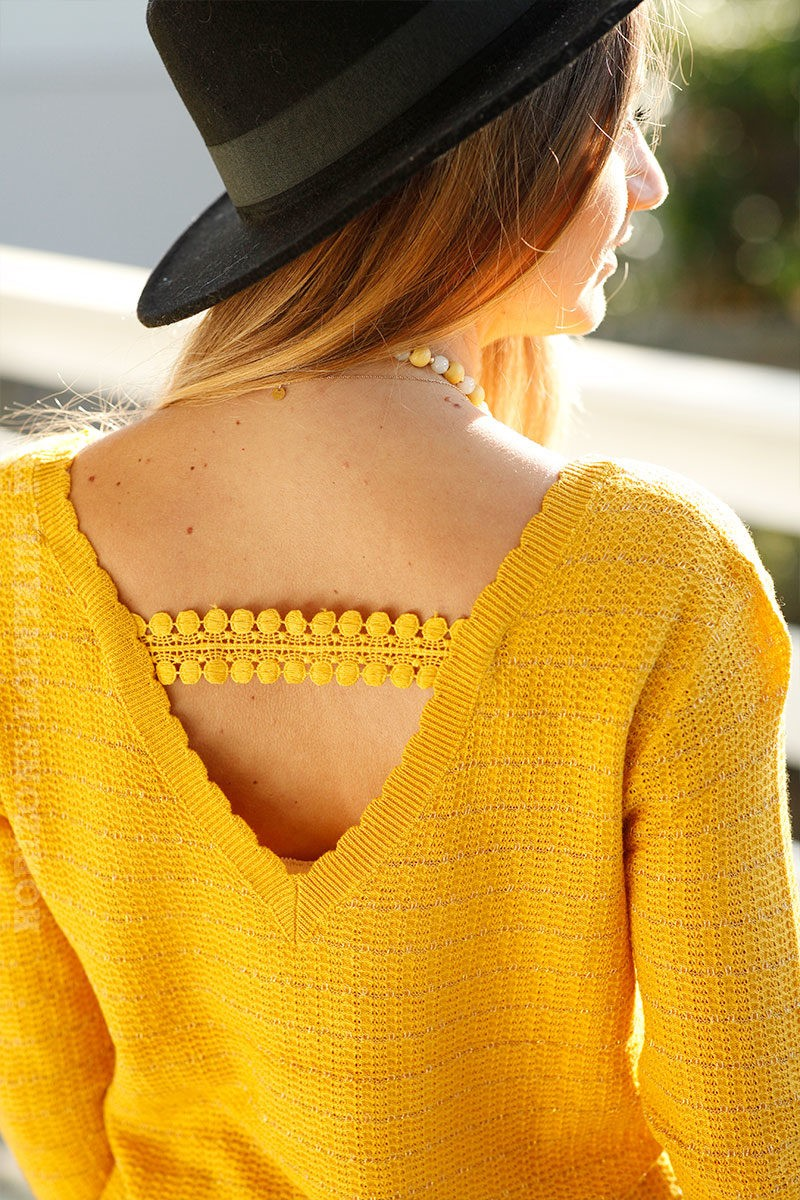 Pull-fin-moutarde-col-V-broderie-dos-c25-mignon-tendance-chic