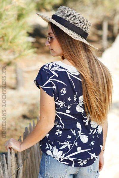 Top bleu marine manches courtes imprimé fleur blanches