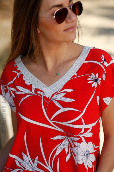 Top rouge manches courtes imprimé fleur blanches