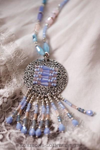 Collier perles bleues rose et médaillon argenté