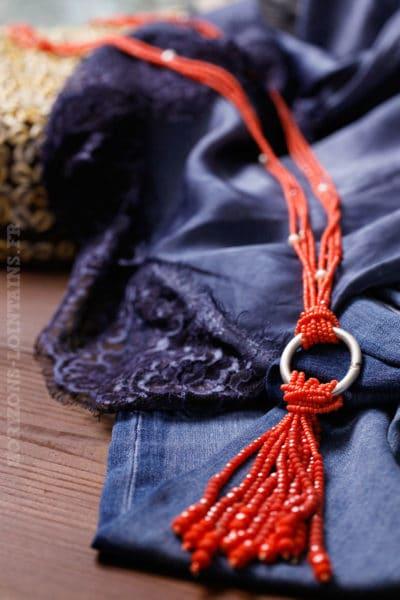collier perles couleur corail orangé anneau en métal argenté