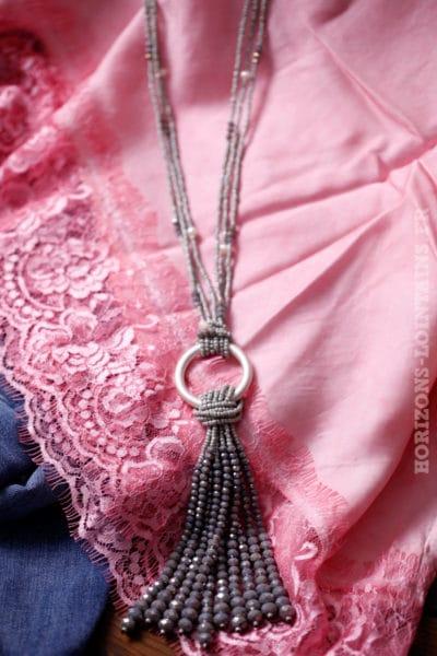 collier perles couleur grise orangé anneau en métal argenté