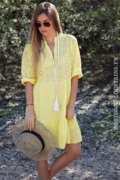 Robe-jaune-avec-broderie-anglaise-style-dentelle-idée-tenue-femme-moderne