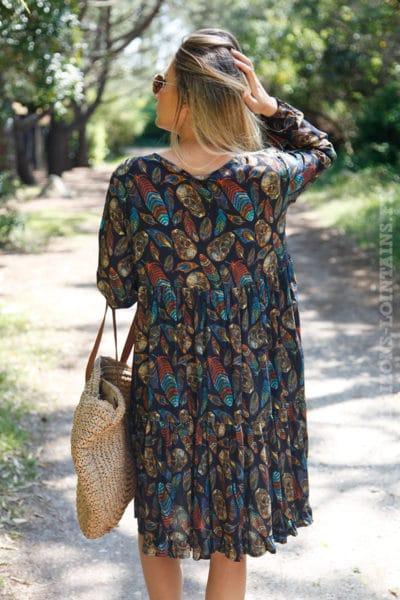 Robe-noire-imprimé-tête-de-mort-plumes-colorées--c32