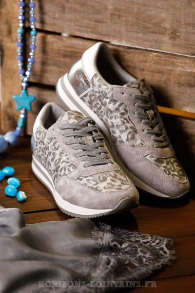baskets-léopard-grises-style-running-chaussures-femme-look-moderne