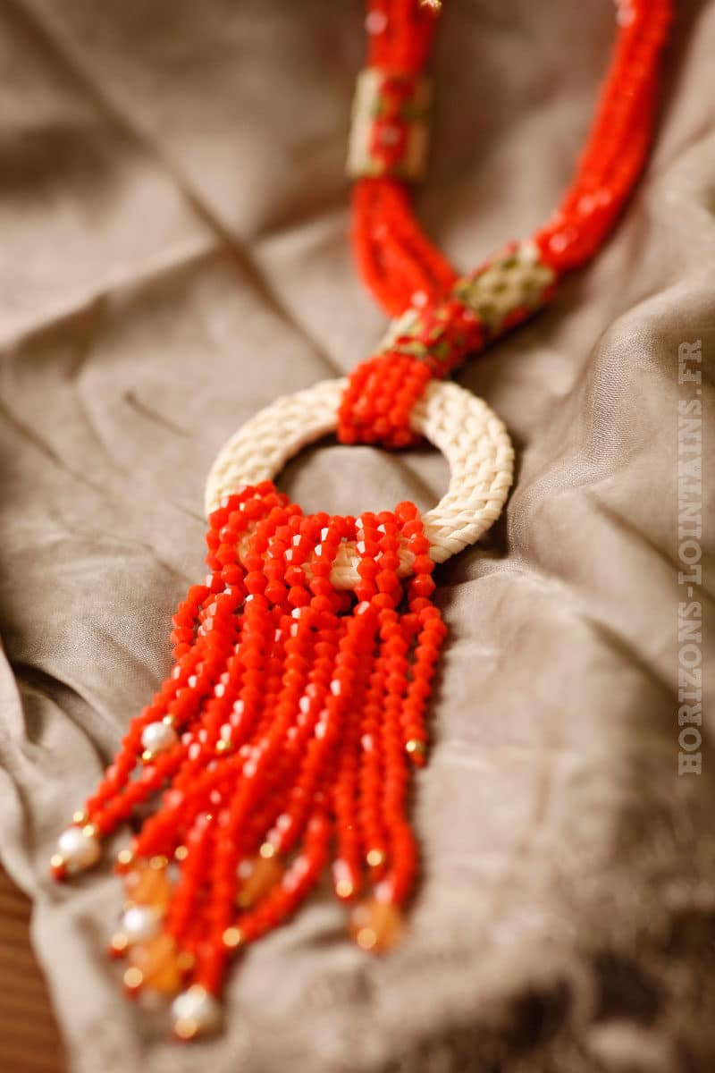 Collier corail petites perles facettes anneau rotin