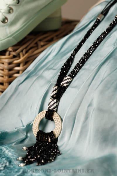 Collier noir petites perles facettes anneau rotin