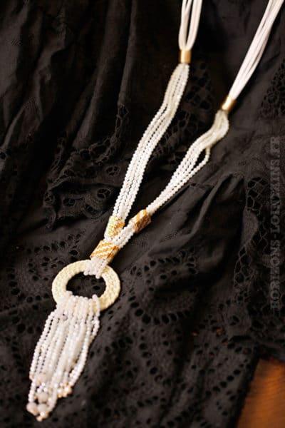 Collier blanc petites perles facettes blanches anneau rotin