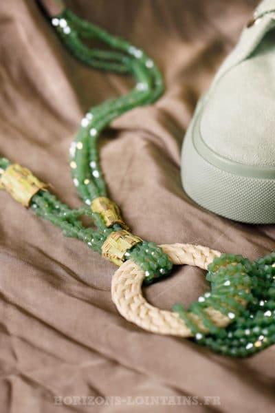 Collier vert d'eau turquoise petites perles facettes anneau rotin
