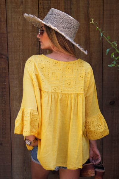 Blouse-jaune-col-V-broderie-anglaise--c94