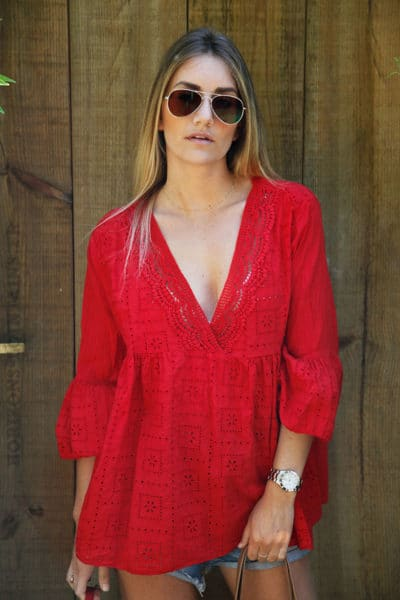 Blouse-rouge-col-V-broderie-anglaise--c94-7