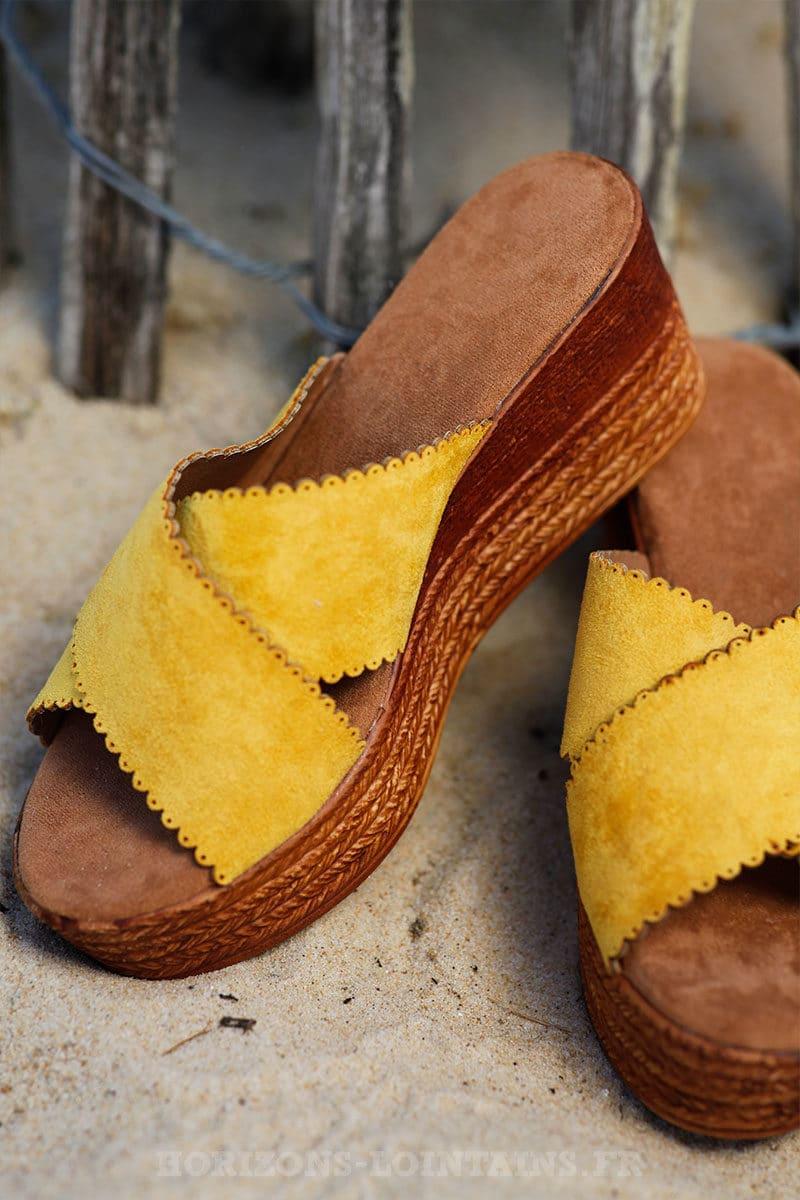 Mules-jaunes-en-suédine-compensées--c16