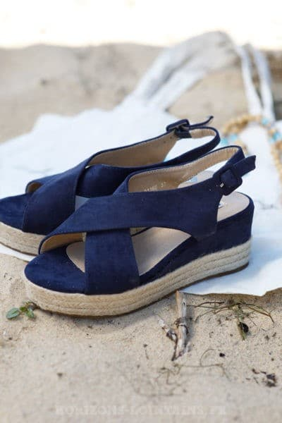 Sandales-bleu-marine-en-suédine-compensées-c17