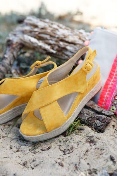 Sandales-jaune-en-suédine-compensées-c17