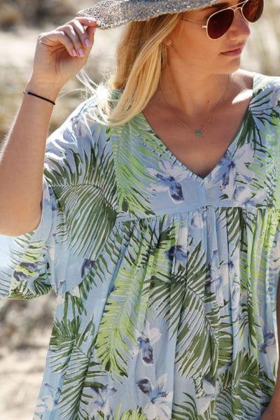 robe-longue-fluide-imprimé-fleurs-exotiques-fond-bleu-ciel