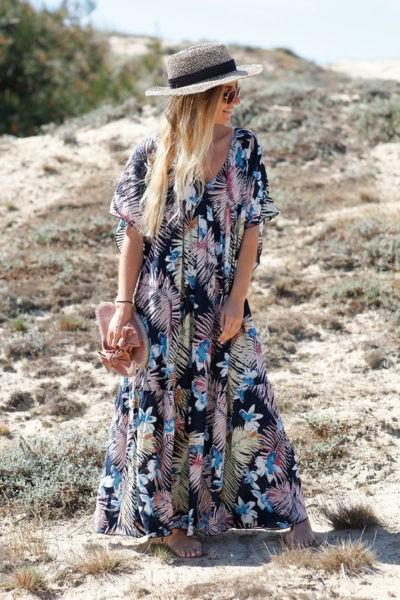 robe-longue-fluide-imprimé-fleurs-exotiques-fond-bleu-marine