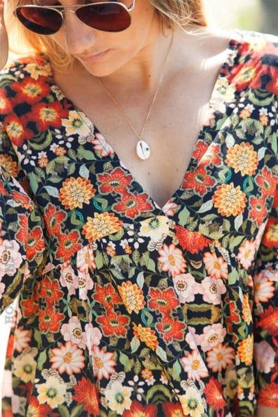Blouse-noire-imprimé-fleurs-tons-orangés-c136