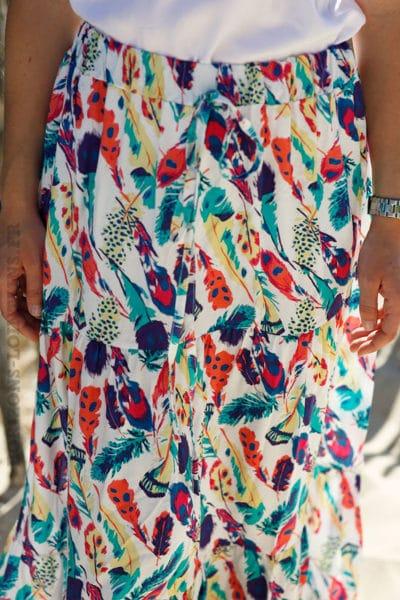 Jupe-longue-blanche-imprimé-plumes-colorées-c21