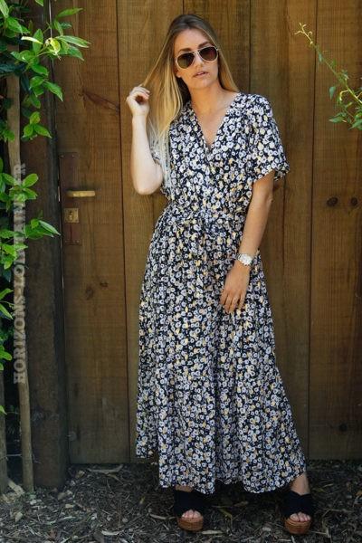 Robe-longue-noire-cache-cœur-imprimé-doré-et-fleurs-blanches-c82-12