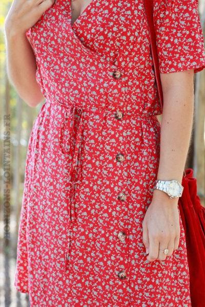 Robe-rouge-porte-feuille-imprimé-petites-roses-avec-boutons-c04