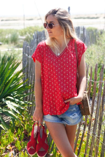 T-shirt-rouge-col-brillant-imprimé-losanges-dorés-c145