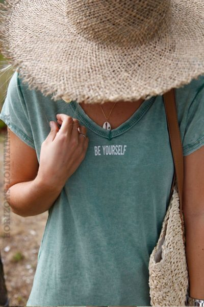 T-shirt-vert-délavé-coton-col-V-message-be-yourself-c135