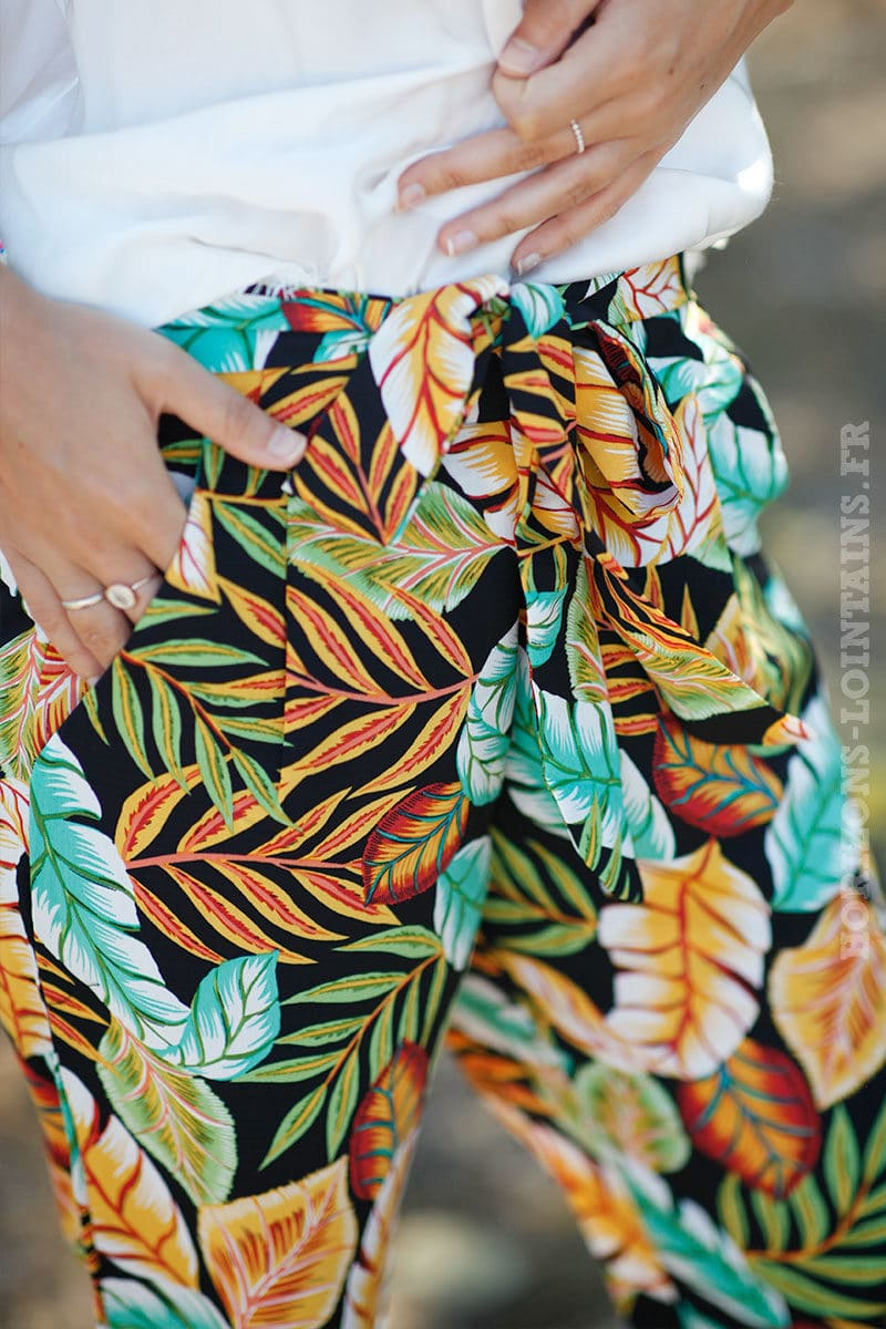 Pantalon-fluide-fond-noir-feuilles-tropicales-colorées-c26