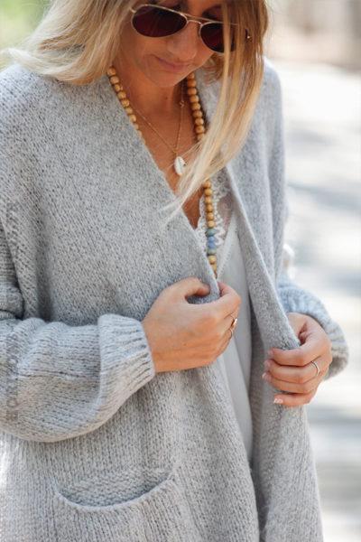 Gilet-gris-col-enveloppant-avec-poches-c21