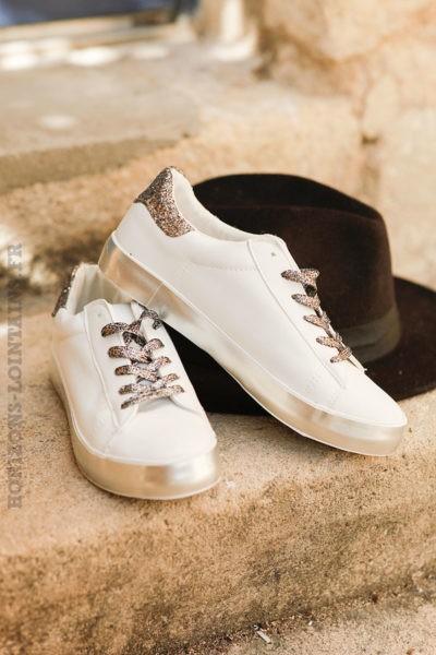 Baskets-blanches,-lacets-paillettés-et-semelles-argentées--c40