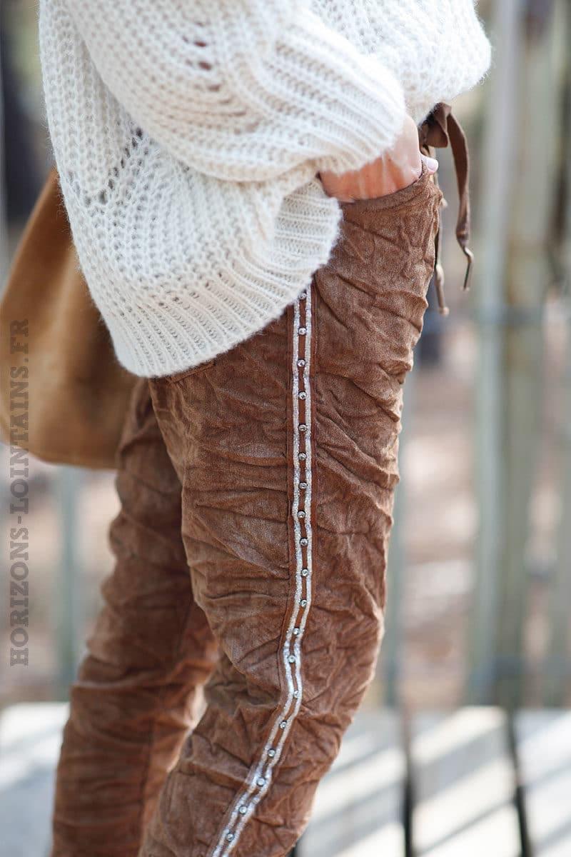 Pantalon-stretch-marron-en-velours-avec-bande-brillante-c35