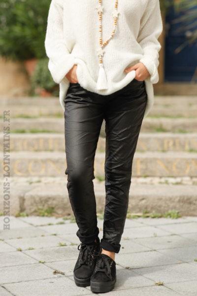 pantalon-femme-matière-simili-cuir-noir-look-moderne-face