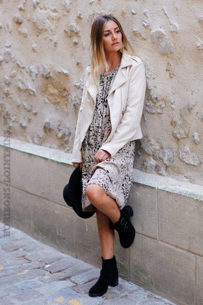 robe-courte-imprimé-animal-beige-perfecto-et-boots-look-c150