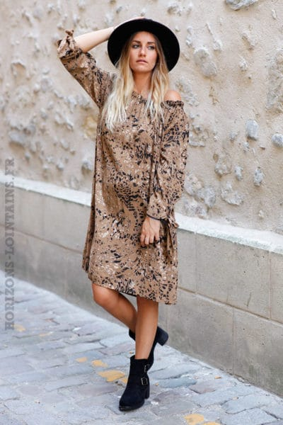 robe-courte-imprimé-animal-marron-glace-perfecto-et-boots-look-c150-2