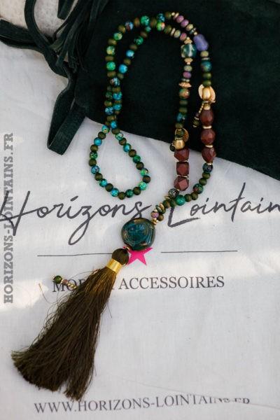 Collier-perles-verre-médaillon-pierre-sautoir-pompon-kaki-esprit-bohème-hippie