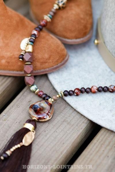 Collier-perles-verre-médaillon-pierre-sautoir-pompon-chocolat-esprit-bohème-hippie
