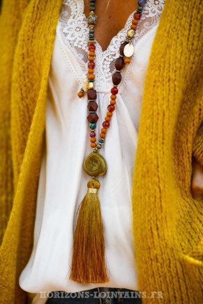 Collier-perles-verre-médaillon-pierre-sautoir-pompon-moutarde-esprit-bohème-hippie