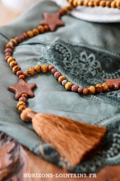 Collier-sautoir-femme-perles-bois-marrons-trois-étoiles-pompons-camel-style-hippie-esprit-bohème-détail