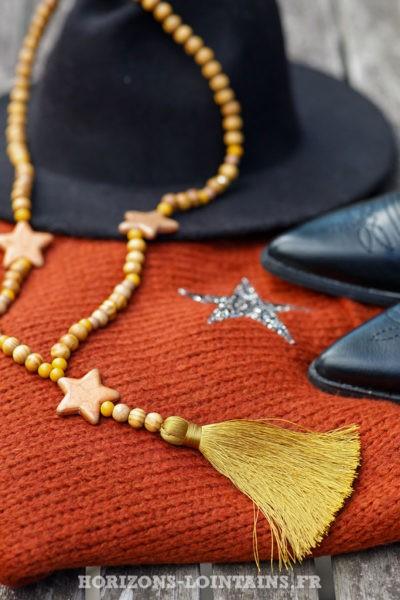 Collier-sautoir-femme-perles-bois-marrons-trois-étoiles-pompons-moutarde-style-hippie-esprit-bohème