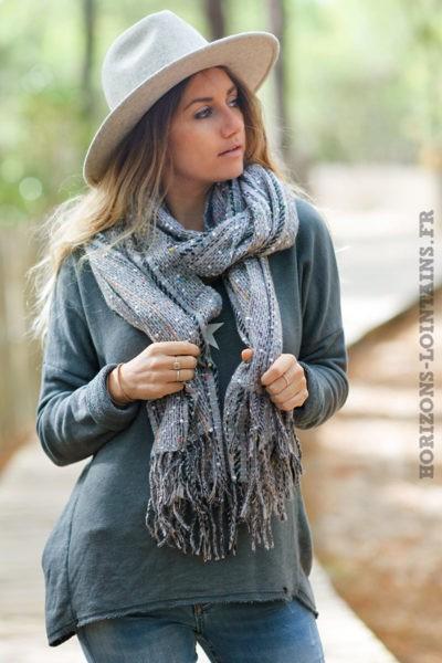 Echarpe-douce-grise-chiné-franges-accessoire-femme-look-bohème-esprit-hippie-018