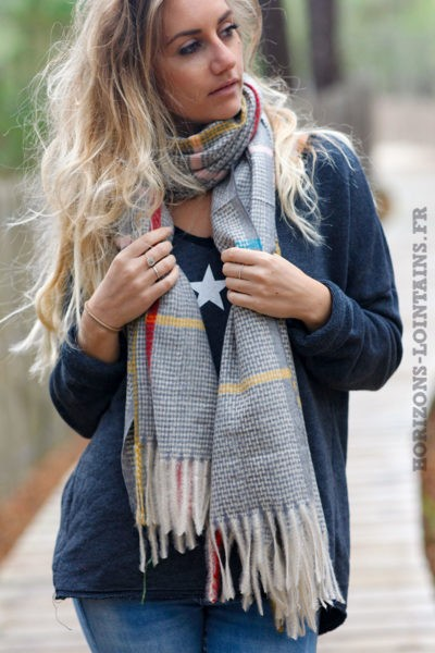 Echarpe-douce-grise-petits-carreaux-bandes-colorées-esprit-bohème-look-hippie-020