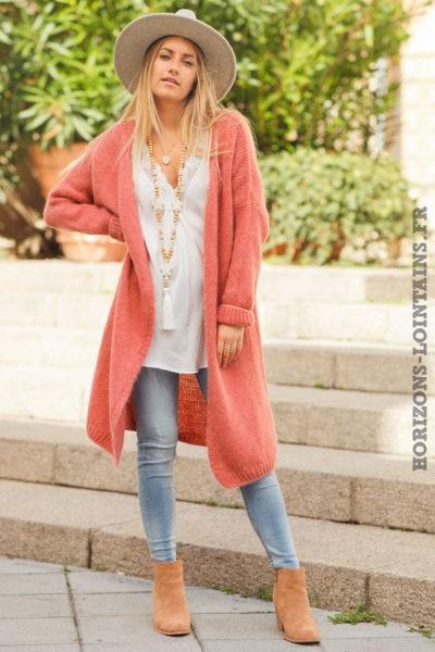 Gilet-long-rose-framboise-mailles-esprit-bohème-look-hippie-vêtement-femme
