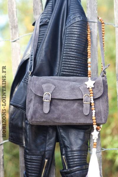 Petit sac cartable matière croûte cuir velours gris