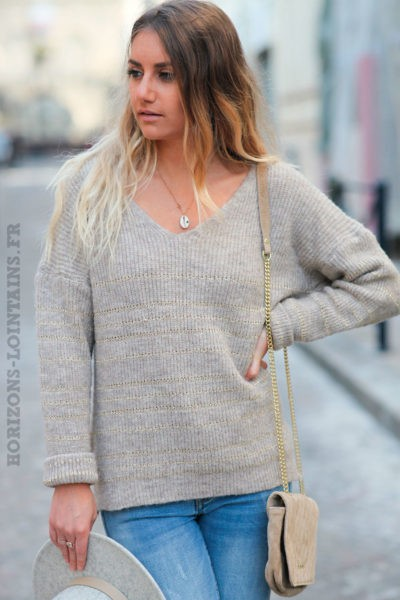 Pull-doux-taupe-col-V-rayures-dorés-c231