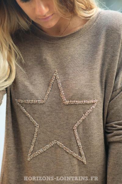 Pull-léger-femme-couleur-marron-taupe-avec-étoile-relief-brodée-esprit-bohème-confortable-look-C230