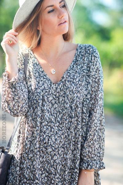 Robe-taupe-avec-imprimé-fleurs-et-motifs-dorés-c166