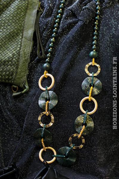 Collier sautoir anneaux dorés perles vertes