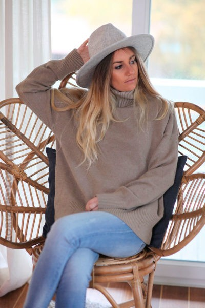 Pull-doux-taupe-col-roulé-c245