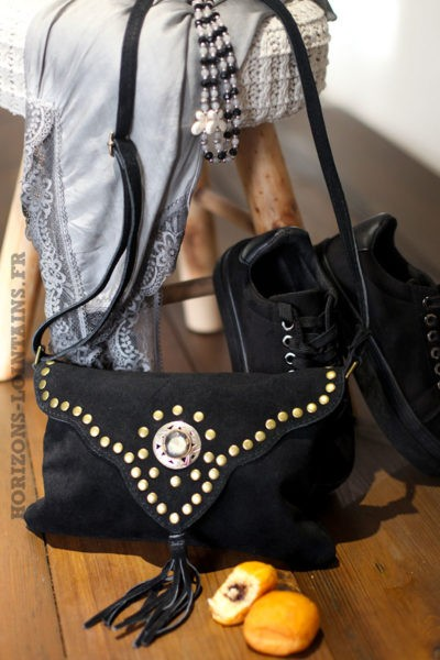 Sac-noir-cuir-velours-rabat-avec-nacre-clous-look-hippie-bohème